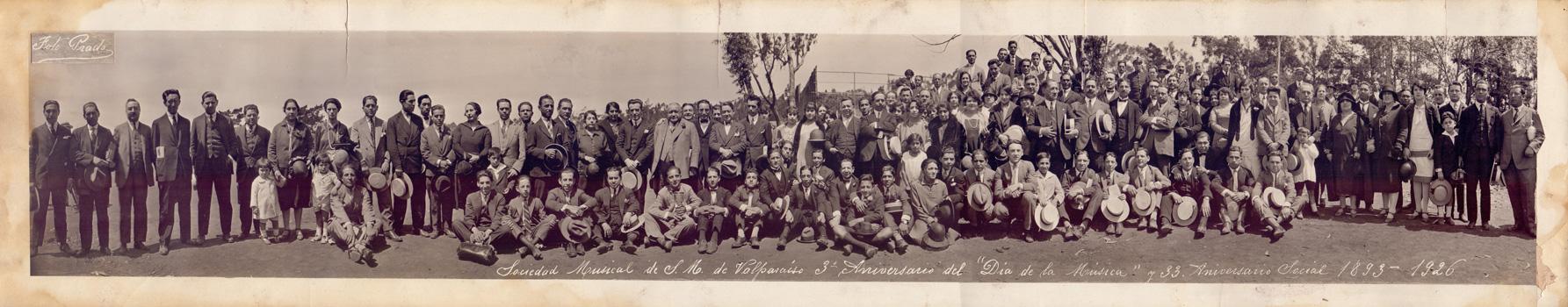 Sociedad Musical de Socorros Mutuos de Valparaíso. Día de la Música. La fotografía fue tomada en 1926, conmemorando los 33 años de funcionamiento de la SMSM de Valparaíso, y el tercer año de celebración del Día de la Música. Este momento histórico fue captado por Fotografías Prado.