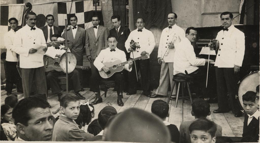 Manuel Fuentealba –tercero del fondo de izquierda a derecha–,en una actividad en el Club Naval a finales de los años cuarenta.