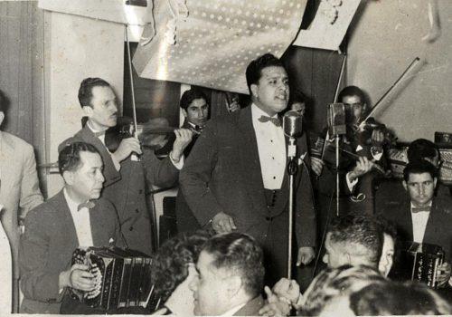 El público baila los tangos interpretados por Manuel en una de las orquestas típicas.Valparaíso, 1958. En los bandoneones: Alfonso Romero y Pedro Quiroz.