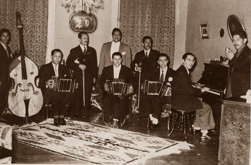 Orquesta dirigida por el bandoneonista Pedro Quiroz. Al centro de pie: Manuel Fuentealba, y Alfonso Romero primer bandoneón de la izquierda