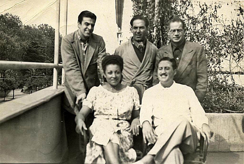 De izquierda a derecha: Julio César Álvarez, bandoneonista; Gabriel Clausi, bandoneonista; Antonio Rodio y el pianista Bernardo Blas sentado con su compañera. Valparaíso, 1951. Gentileza: Dolly Díaz