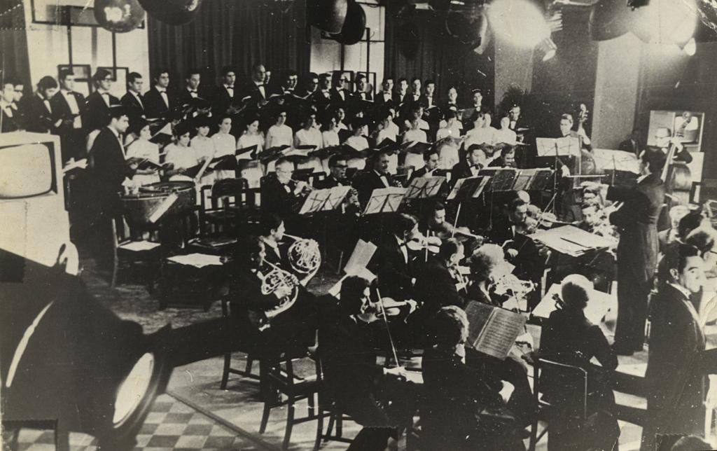 Antonio Rodio (tercero de los violines de primera fila). En una presentación de la Orquesta Sinfónica y coro de Viña de Mar 1960, bajo la dirección de Eduardo Jaramillo. Gentileza: Dolly Díaz.