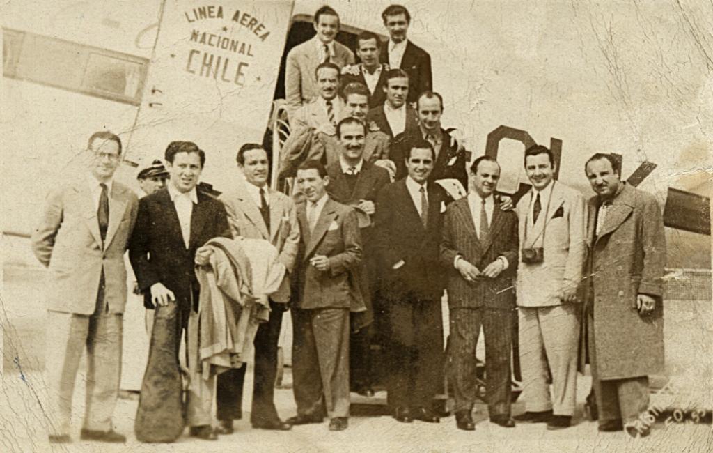 Primero de la izquierda: Antonio Rodio, en una de sus giras con la orquesta de Miguel Caló, tercero desde la derecha. Chile, 1946. Gentileza: Dolly Díaz .