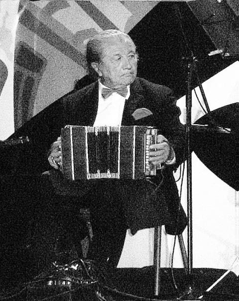 Aníbal Sánchez como primer bandoneón de la Orquesta de Lucho Saravia en la Cumbre Mundial del Tango celebrada en Valparaíso. Enero, 2007.