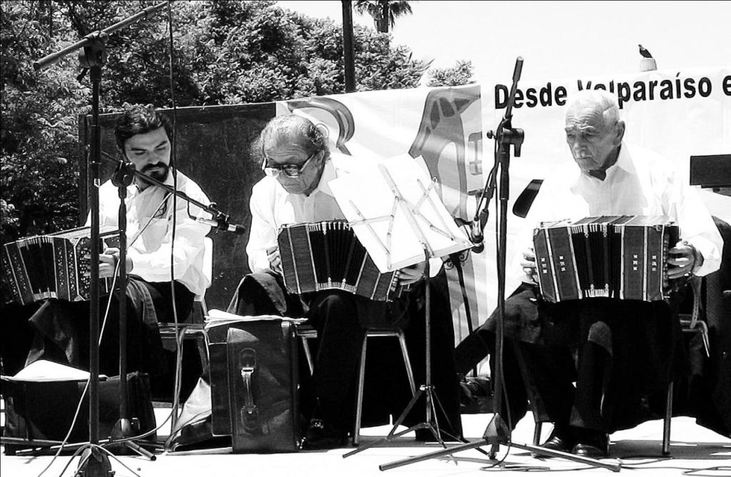 Presentación en la Cumbre Mundial del tango celebrado en Valparaíso. Enero, 2007. De izquierda a derecha: Rodolfo Jorquera, Aníbal Sánchez y Jorge Orellana. De estos tres bandoneonistas, sólo Jorquera sigue trabajando activamente, Sánchez se retira en el 2007 y Jorge Orellana sigue tocando hasta su fallecimiento en 2009.