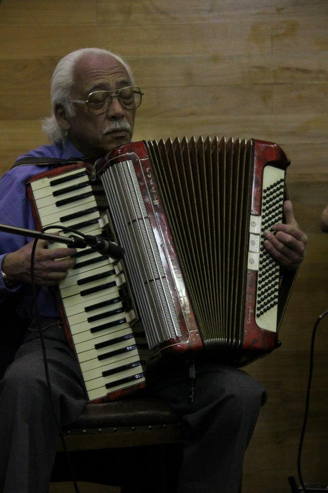 Luis Barrera en Archivo Nacionall, Santiago 2012. Tocando para el lanzamiento del libro Tango Viajero: Orquestas Típicas de Valparaíso (1950-1973). Foto: Daniel Stoecker.