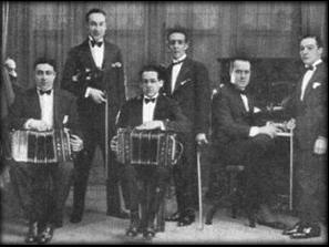 Fotografía de un orquesta típica