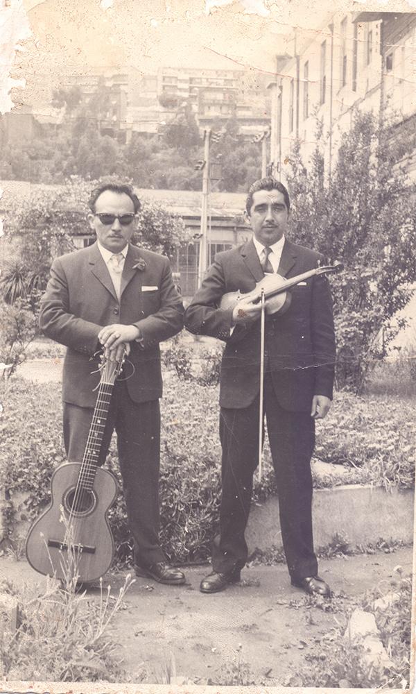 Víctor Gallardo (violín) y Armando Castro (guitarra). En presentación en el Día del Hospital Carlos Van Buren de Valparaíso, 1960. Ambos músicos trabajaban en Ferrocarriles del Estado Archivo personal de Víctor Gallardo.