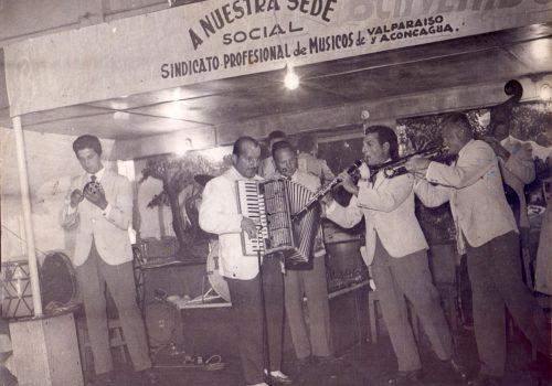 Banda de música bailable en fiesta del Sindicato Profesional de Músicos de Valparaíso, ca. 1950