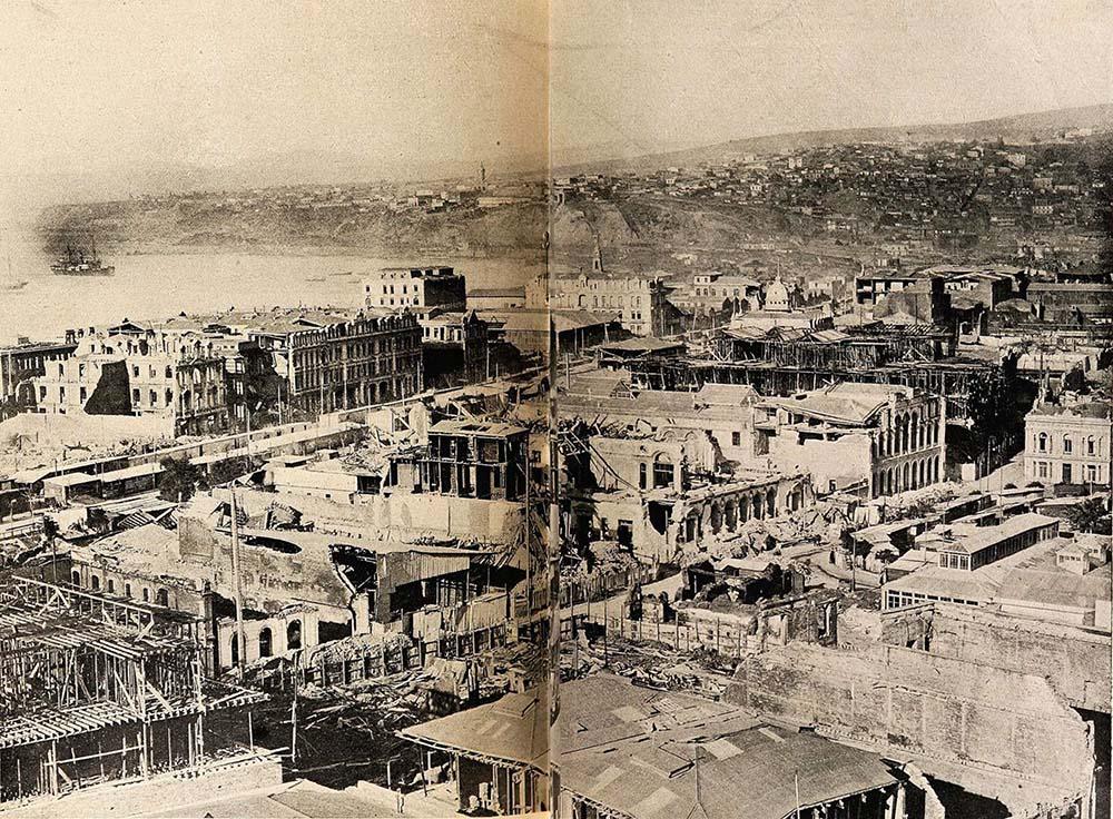 Panorámica de Valparaíso después del terremoto de 16 de agosto de 1906. Esta imagen fue restaurada a partir de la vista publicada en Revista Sucesos el 5 de octobre de 1906.