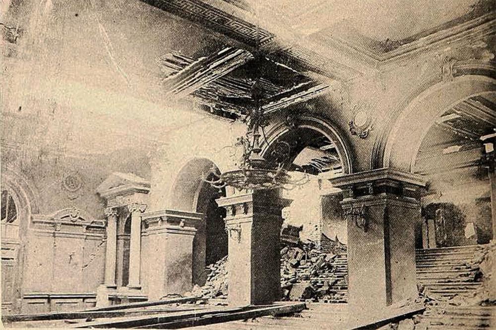 Otra vista del foyer del Teatro Victoria después del terremoto que sacudió Valparaíso el 16 de agosto de 1906. Imagen restaurada y digitalizada de la vista publicada por Revista Sucesos el 2 de noviembre de 1906.