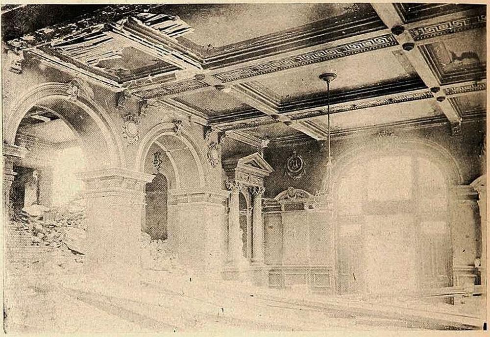 Foyer del Teatro Victoria después del terremoto que sacudió Valparaíso el 16 de agosto de 1906. Imagen restaurada y digitalizada de la vista publicada por Revista Sucesos el 2 de noviembre de 1906.