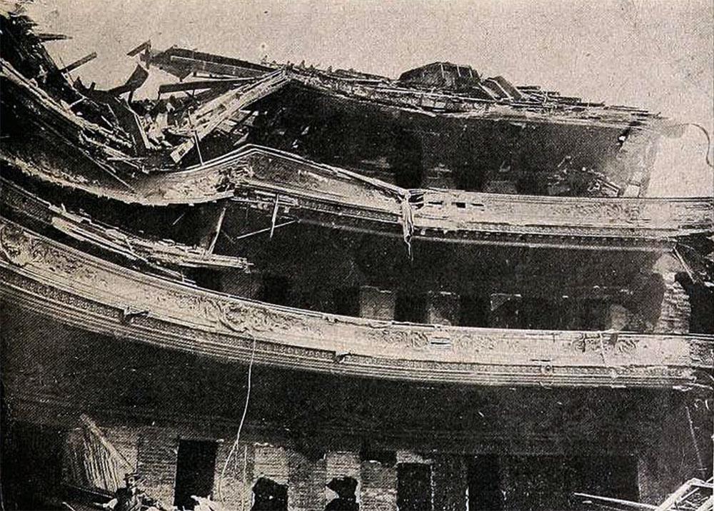 La caída de las galterías sobre los palcos y éstos sobre la platea. Interior del Teatro Victoria después de terremoto de Valparaíso.