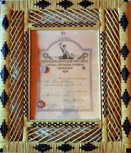 Diploma obtenido por Antonio Donoso en 1934 por su trabajo en mimbre. El diploma está enmarcado en mimbre confeccionado por el bandoneonista Alfonso Romero.