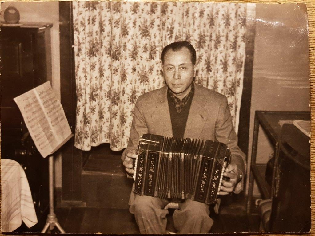 Alfonso en su casa del Cerro Barón Calle Gonzalo de Berceo N° 168, esta con su bandoneón y al lado del piano que compro para su hija menor Silvia, que lo tocaba muy bien