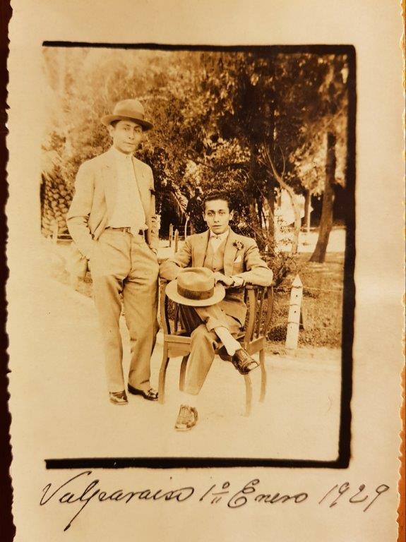 Alfonso Romero de pie junto a un amigo de juventud a la edad de 23 años. Valparaíso 1929.