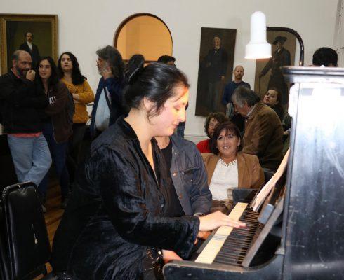 """Catalina Jiménez interpretando """"Adiós a Valparaíso"""" al piano. Proyecto Memoria Musical de Valparaíso 18 de abril 2018. Foto: SIMUPROVAL"""