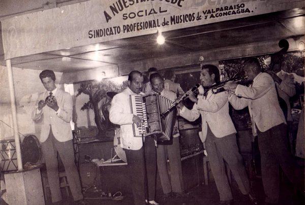 Celebración del Sindicato Profesional de Músicos de Valparaíso, con música en vivo, 1955 ca