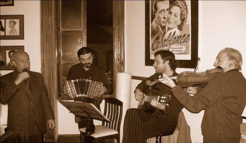Noche de tangos en el desaparecido bar Café 8 y Medio. De izquierda a dere¬cha: Alberto Méndez, Rodolfo Jorquera, Geancarlo Scevola y Víctor «Gatito» Gallardo. Valparaíso. Septiembre, 2006.